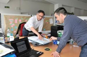 Die beiden Gründer des Jungunternehmens «shochzwei» stecken in den Räumlichkeiten von «CoworkingBasel» die Köpfe  zusammen. Bild: Lukas Bertschmann